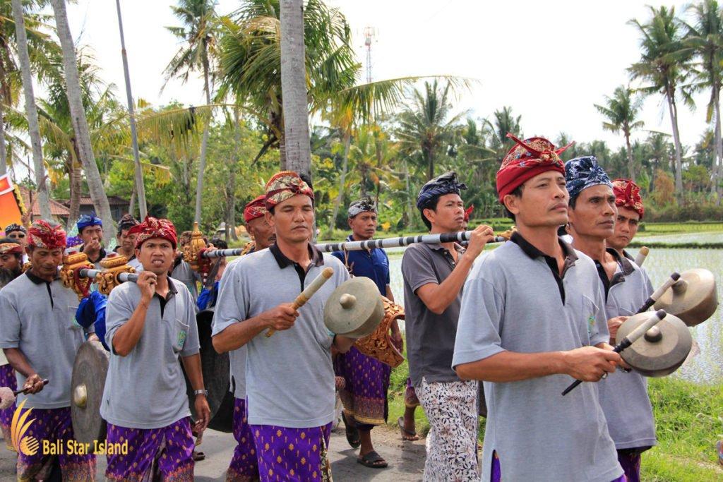 sekaa gong, volunteer, bali, banjar organization, bali community, bali community system