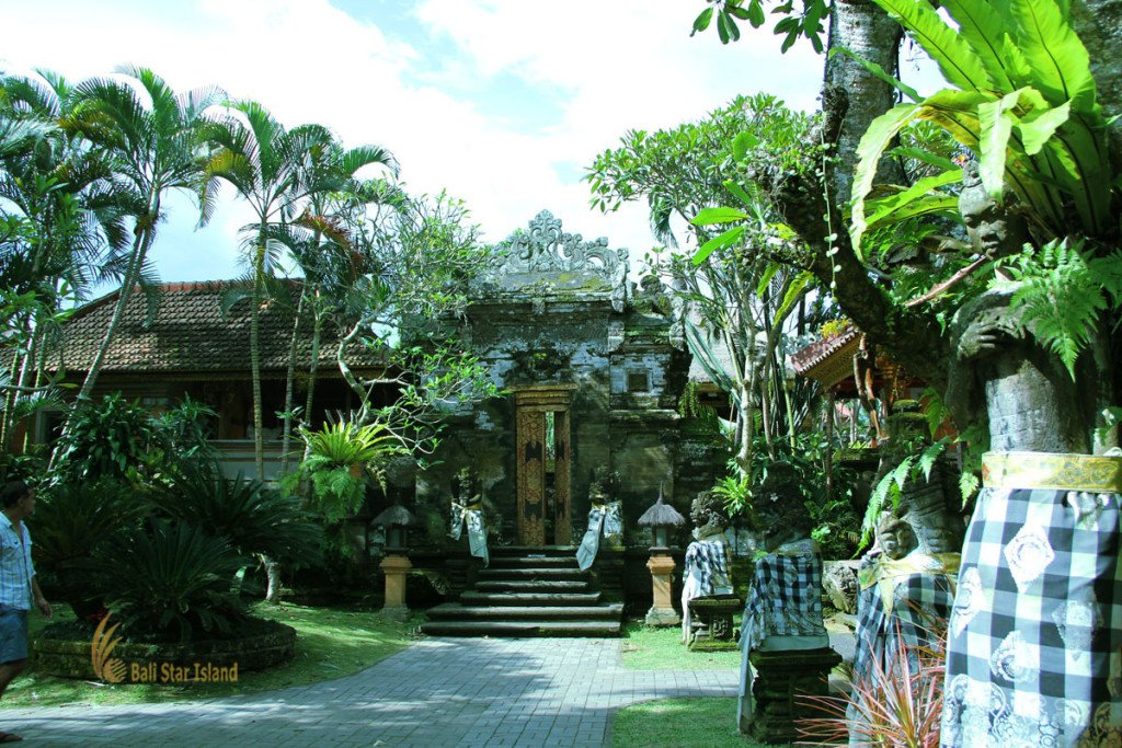 main entrance, ubud, bali, palace, ubud palace, puri saren, tourists, destinations, tourist destinations, gianyar