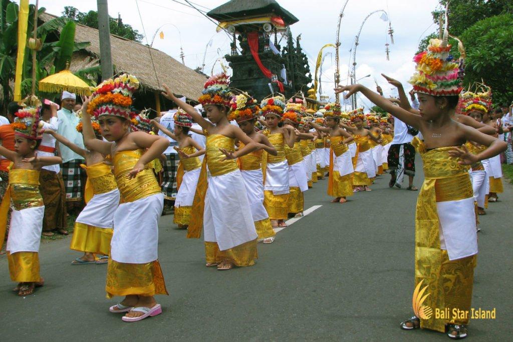 rejang dewa dance, bali, melasti ceremony, parade, hindu, bali melasti ceremony, parade