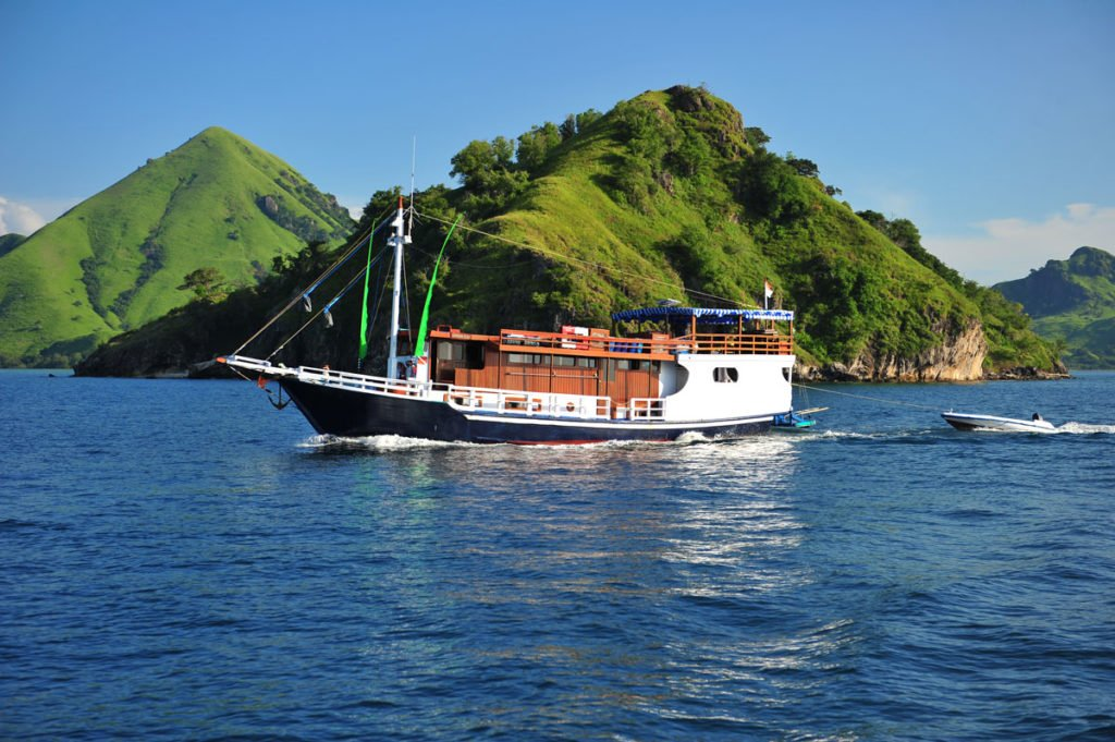 boat. komodo dragon tours boat, komodo tour package boat