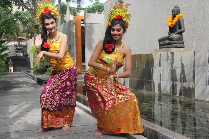 bali traditional dresses panyembrahma dance, bali dance costume, balinese constume photo, balinese costume photo tour